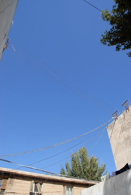 今日も最高の晴天ですね♪<br /><br />いつもの韓さんの家を出て、古勒巴格路に出ます。
