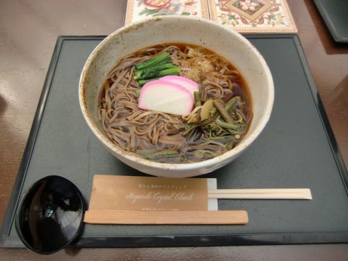 中高年おじさん2人とも「山菜そば」(写真:945円、税込・サ別)を注文し軽いランチにする。