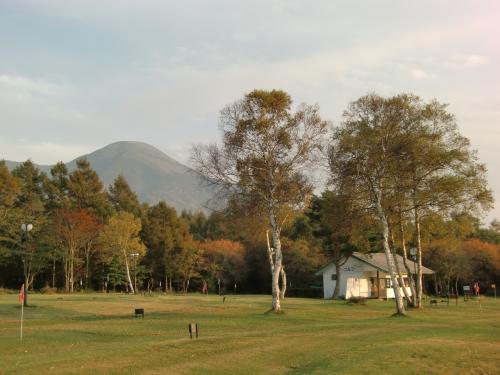感激こそないが、高原でのテニスは気持ちがいい。健康管理のため1時間しっかり体を動かす。パターゴルフ場(写真)の背後に蓼科山が綺麗に見える。