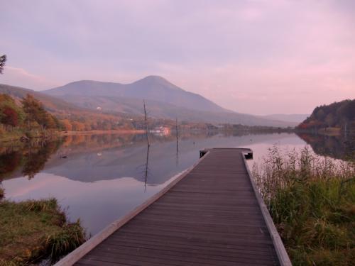 今日は風がなく女神湖が鏡のように滑らかである。