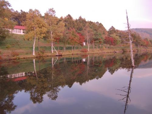 秋の女神湖(写真)の紅葉と静寂を楽しむ。