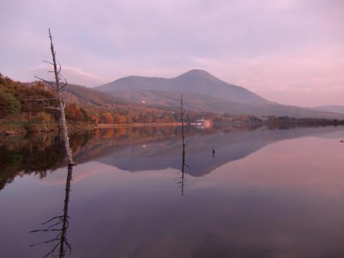 女神湖に映る蓼科山(写真)。音も風もなく、誰もいない女神湖は神秘的な雰囲気が漂う。