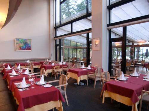 夏なら文句なくフラワーガーデンテラスにするのであるが、今日は寒いし、お客も少ないので「ル・プラトー」(写真)内でのディナーにする。