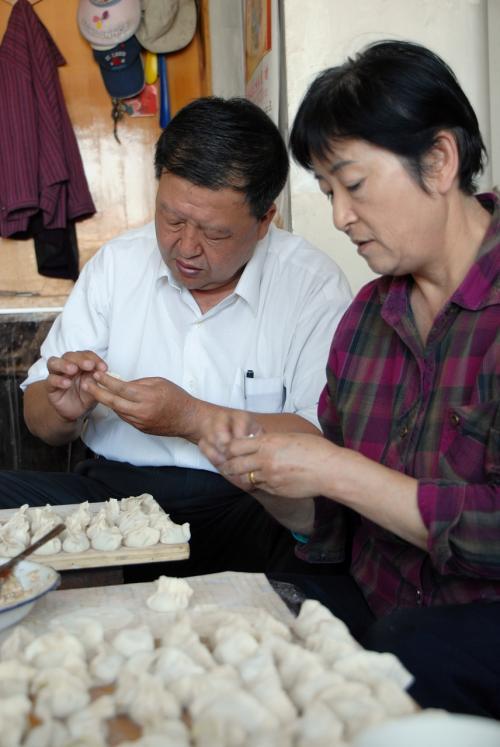 こんなにぶっとい手ですが、中国男性(旧タイプ限定)は餃子はお手の物です。