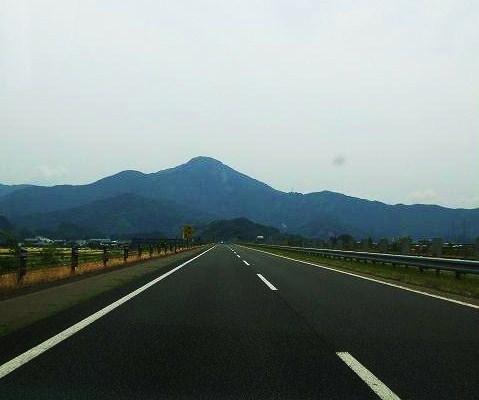 北陸自動車道から見た日野山。<br />私たちの日野山のイメージは、これでしかなかった。<br /><br />