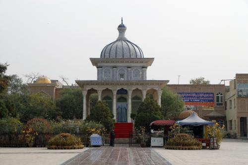 建物は同じですが、周りが不自然に「公園化」していました。<br /><br />王宮の向かい側(東手)には、「阿曼尼沙汗記念陵墓(アマンニシャ・ハン記念陵墓)」と莎車最大のモスク「阿勒屯魯克(アルトゥンルク・モスク)」、「阿勒屯麻扎(アルトゥン・マジャール)」の3つを纏めて見る事が出来ますが、ここを総称して、「阿勒屯魯克(アルトゥンルク:「ルク」は複合の意味)」と呼ぶそうです。