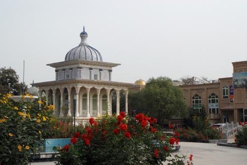 奥の建物は、園内を囲むショップと繋がっています。