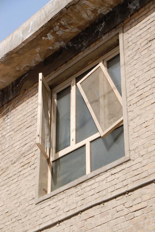 ん?<br />この窓、今度大塵暴(大砂嵐)が来たらおしまいですね!