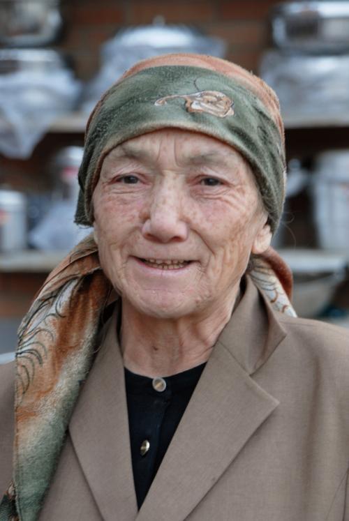 おばちゃん(現在お婆ちゃん)をソロでパチリ!<br />嫌がるお婆ちゃんを説得し、ナンとか撮影に漕ぎ着けました。<br /><br />粋なお婆ちゃんは、御年81才だそうです!<br />素敵ですね〜♪<br /><br /><br />帰宅して韓さんに事情を話し、彼が来たらデータを写して上げて貰えるように、デスクトップにショートカットを切っておきました。<br />