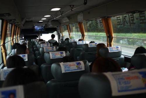 韓国の空港では写真撮影しちゃいかんてことで、リムジンバスです。<br /><br />国際線ターミナルからすでに満席です。