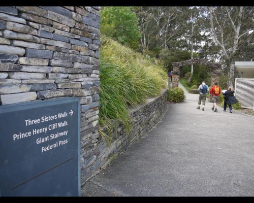 ウォーキングコースの出発地点では、エコーポイントにあるインフォメーションセンターとトイレの間にある石造りのアーチをくぐって行きます。