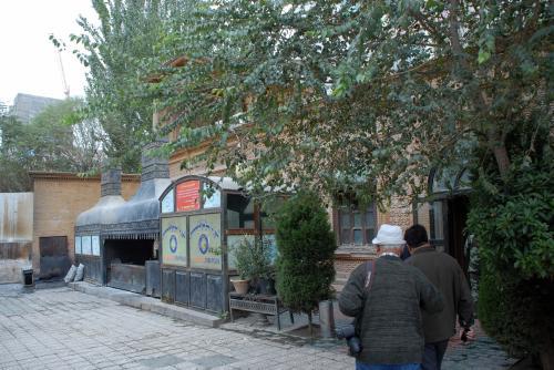素敵な面持ちのレストランですね。<br /><br />隣には、日大馬飯店というお店もありましたが、今から入るお店の名前は「欧白大レストラン」と言うようです。<br /><br />「欧日大Ou Ri Da」の名前は中国語の当て字のようで、アルファベットでは「ORDA」となっていました。