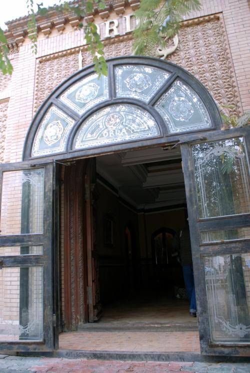 上の方のタイル上とステンドグラスのような窓硝子に、「ORDA」の文字が見えていますね。