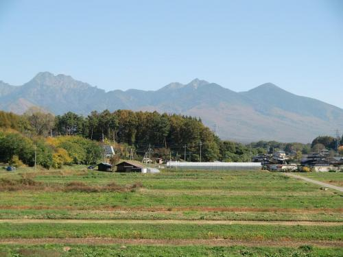 見る角度によって八ヶ岳はその形を大きく変える。中央自動車道「中央道原PA」から眺めた八ヶ岳(写真)。