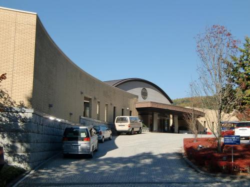 八ヶ岳南山麓、深い森の中の巨大なホテル「ダイヤモンド八ヶ岳美術館ソサエティ」(写真)に着く。