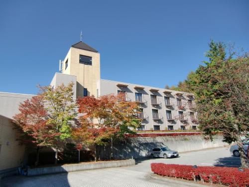 駐車場に面した3階建ての客室棟(写真)は6階から8階までの客室(601〜606、701〜706、801〜806)である。