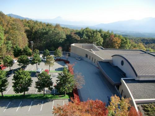 展望塔から見下ろしたホテル玄関と駐車場(写真)。遠くに富士山が見える。