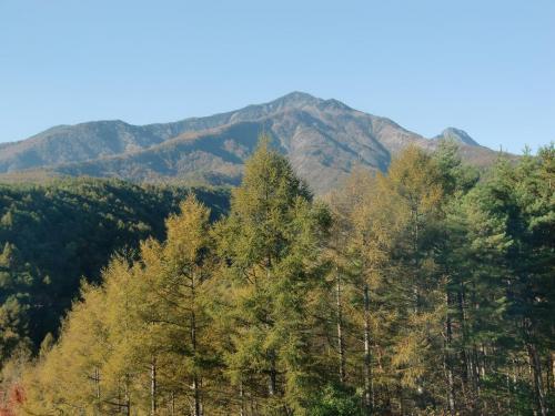 八ヶ岳連邦(写真)。写真右に飛び出した三角の峰が赤岳。