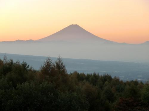 日の出近くになるとホテル展望塔に宿泊客が集まってくる。お目当ては朝焼けの富士山(写真)である。