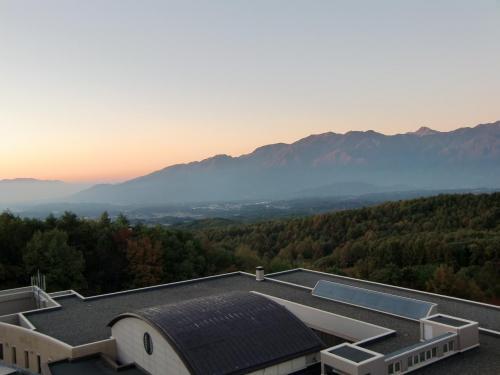 皆さんカメラを構えてシャッターをきる。山好き自然好きの人にとっては最高の瞬間である。そのうち朝焼けが富士山から南アルプス(写真)方面に移ってくる。