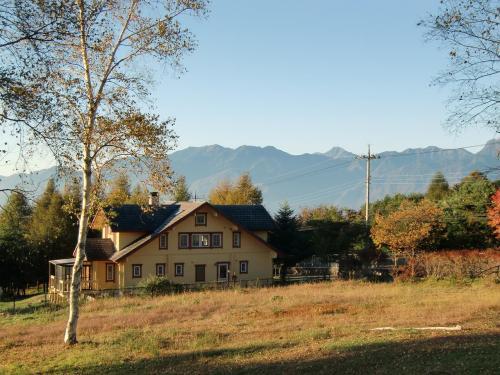 大きな別荘と南アルプス(写真)。少し肌寒いが雲一つない快晴でとても爽やかだ。