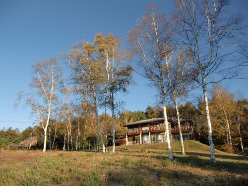 販売中の別荘(写真)。広大な敷地に大型のゲストハウスが建っており、販売価格も1億円を超える。今どき、誰が買うのか?