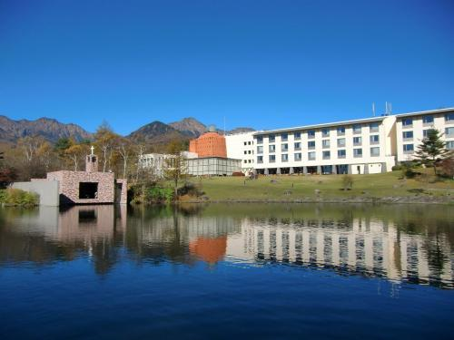 私の好きな絶景のビューポイント!清里高原ホテル(写真)と八ヶ岳がからまつ湖に映し出されている。無断入場であるが、私はセラヴィリゾート泉郷のメンバーなので、このホテルの関係者である。私は何度もここに泊まったが、本日の写真がベストショット。
