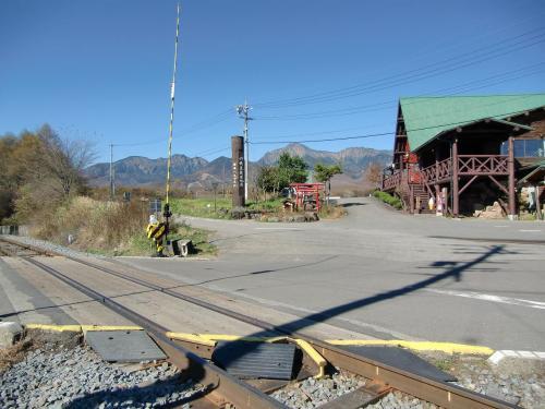 標高1375mの「JR鉄道最高地点」(写真)。小海線は山梨県の小淵沢から長野県の小諸駅まで八ヶ岳山麓全長78.9kmを走る高原鉄道である。ファンは多い。