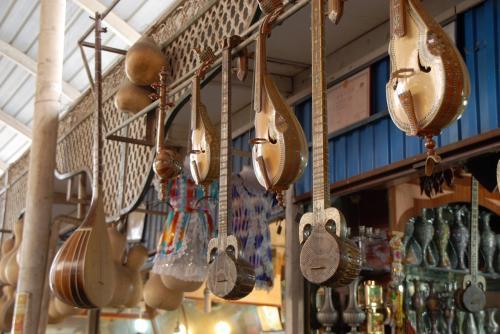 楽器屋もありますね。<br /><br />手前から、ホシュタル,ラワープ,ギジェク(小さくて丸い太鼓部の)、一番奥のがドゥタール。<br />店内には、パキスタン調花瓶が沢山ありました。