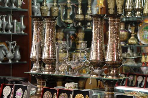 パキスタン花瓶ってのはこれです。<br /><br />家にありますが、空気に触れたら直ぐに黒ずんじゃうので困ります。。。