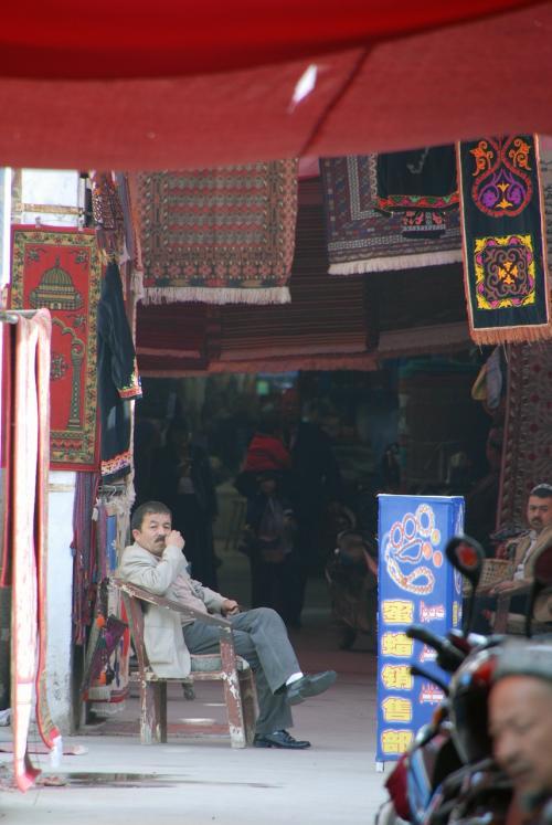 バザール内の通路では、お店に方々もの〜んびりです。