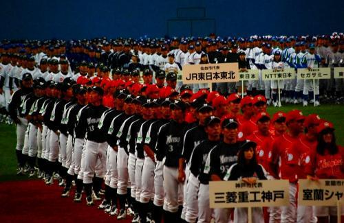 ここから、入場行進。<br /><br />開幕試合の三菱重工神戸と東芝が両端で、後は北からの順番。<br />だから、赤いのは室蘭シャークス。