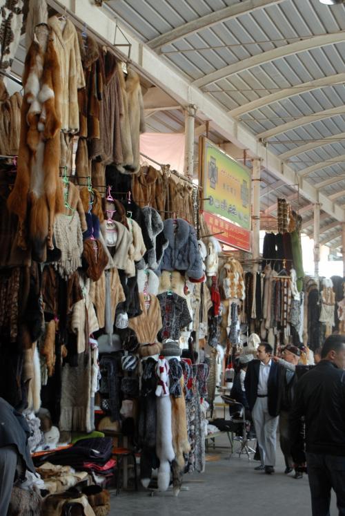 毛皮は、北の町では必需品。<br /><br />でも、喀什にも高地があるので、結構沢山並んでいますね。