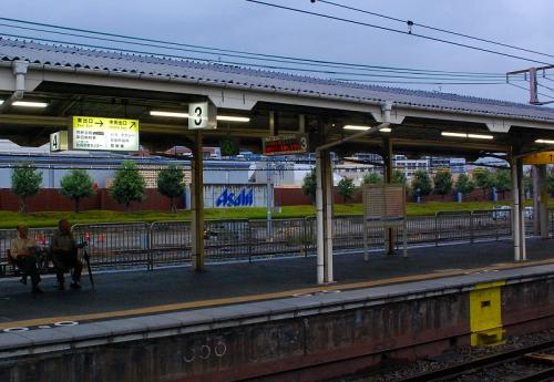 駅から、工場も見えますね。