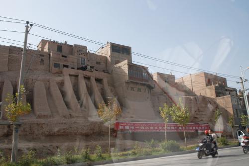 お!<br />環境保護を始めたのでしょうか?<br /><br />「新疆唯一的歴史文化名城喀什噶爾老城景区歓迎您」<br /><br />って書かれた垂れ幕が掛かっていました♪