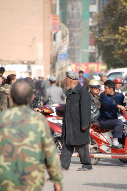大通りに出たら、もう現着でした!<br /><br />久々に来たエイティガールですが、モスク前の広場が新調されて、めっきり別物になっていますね。<br /><br />ウロウロする老維たちが、何となく落ち着かない様子・・・。