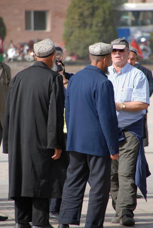あっちこっちに居るのんびり爺さまを撮り捲っている西洋人観光客たち。<br /><br />西洋人はコンデジでも、中国人はデジイチを持ってる人で溢れていました♪