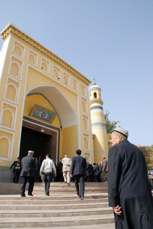 食事を終えてエイティガールモスク前に戻ってみると(14時半)、正午の礼拝で満員になっていました!<br /><br />もう入れないみたいですね。