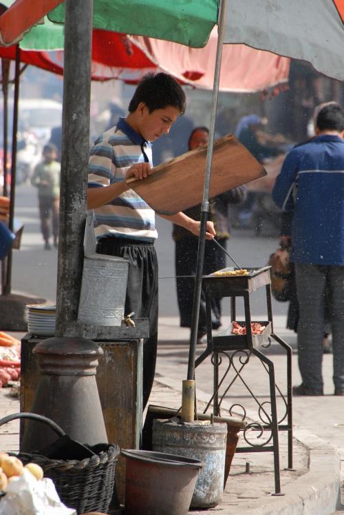 カバブを焼く青年。<br /><br />