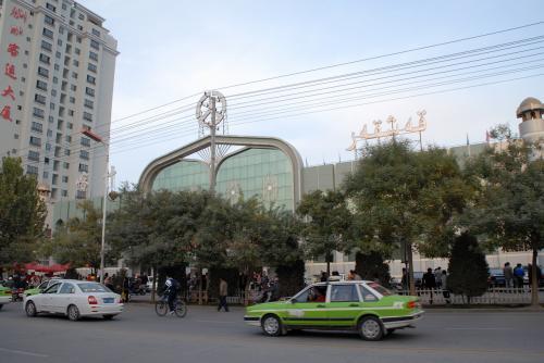 天南路にある喀什汽車客運站。<br /><br />遠景を撮った後、向こう側に渡って歩いてみると、バスターミナル前には、客待ちのタクシーが沢山居ました。
