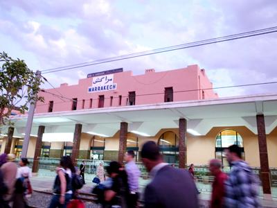 列車でマラケシュ着。1階にファーストフード店があるとっても近代的な駅ですが、イスラム風のおしゃれな装飾が施されています。どこへ行っても無機質にしすぎず、どこかしらイスラムらしさを残しているのが、モロッコのすごいところです。<br />