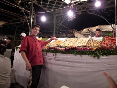 ジャマ・エル・フナ広場に行くと、屋台の呼び込みのおにーさんたちがたくさんいます。基本は鍋料理タジンとクスクス、ブロシェットと呼ばれる串焼きですが、海に面した国とあって、魚料理もポピュラー。魚のフライがたくさんありました。<br />