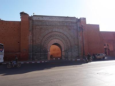 12世紀に建てられたアグノウ門。「アグノウ」とはベルベル語で「黒い人々」を意味するのだとか。門の上になぜかコウノトリが巣を作っていて、長い脚を伸ばして飾り物のように立っています。人間が門のうえに装飾をつけるのは、案外こういうのがヒントになっていたりして、と思ったりします。
