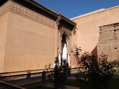 16世紀のサアード朝のスルタンらの墳墓。床を見ると四角く棺の形に彩られたところがあって、その下に今でもスルタンとその家族の遺体が眠っているいるそうです。ひときわ立派なのが、スルタン、アフメド・アル・マンスールの墓。
