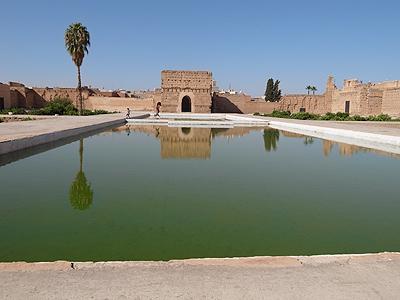 同じくサアード朝時代のエル・バディ宮殿。今はすっかり廃墟となっていますが、なんでも後のアラウィ―朝のスルタン、ムーレイ・イスマイルが、メクネスに宮殿を作るため、ここの建材を持ち去ってしまったのだとか。<br /><br />デザインはスペインにあるアルハンブラ宮殿に近いそうですが、中庭に水を置いた幾何学的な作りと言うのは、イスラムの伝統なのですねー。街中のリヤドの中庭を思い出しました。