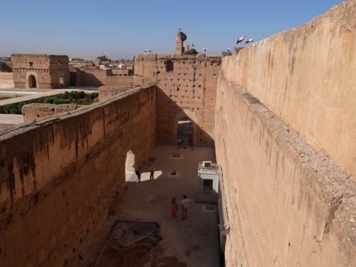 建物の上まで階段で上がることができ、マラケシュの街や宮殿一帯を見渡すことができます。その昔、メディナの混沌の中で暮らす一般庶民たちは、この高い塀の中にこんな整然とした空間が開けているなんて、夢にも思わなかったのでしょうねー。いやー、存在そのものが美しいです。