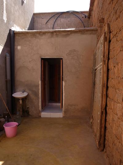 アロガン・オイル・ショップのトイレ。すでに南部モロッコっぽい、いーい雰囲気となっています…。<br /><br />ちなみにモロッコのトイレはどこもきれいに掃除してあって清潔、観光客向けのところでは、イスラム式のしゃがむスタイルではない、西洋式座るトイレとなっています。