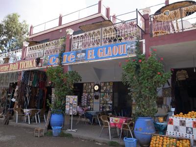 途中のタデルトの町の近くでランチ。2階のテラスで、アトラス山を眺めながら昼食を取ります。気候のよい時期にはなんともよい気分になれます。1階はお土産屋さんです。