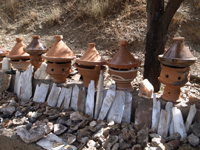 タデルトの町は陶器で有名らしく、道端でタジンなべがたくさん売っています。また、珍しい鉱物が採れるらしく、石を砕いたものがたくさん売られていました。