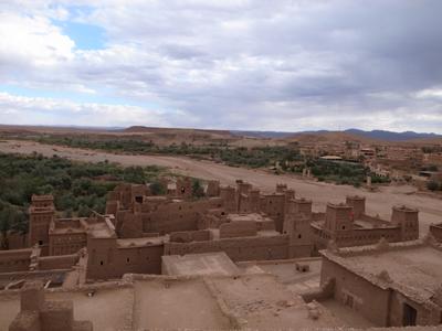 そして、ワジ(涸れ谷)の対岸に、新しい村がありますが、ここも土色、アイト・ベン・ハッドゥの景観にすっかりなじんでいます。モロッコ、すごいです。なんて趣味がいいんでしょう。